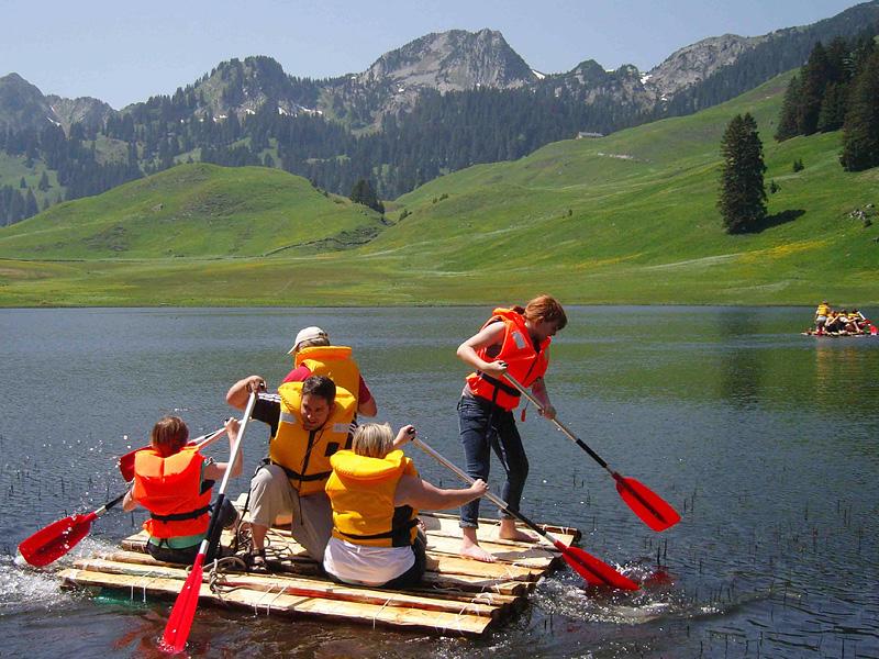 Flossrennen auf dem Bergsee