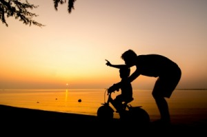 Es gibt Momente, die unbezahlbar sind. Zum Beispiel, wenn das Kind Fahrradfahren lernt. Bild:© arztsamui, freedigitalphotos.com