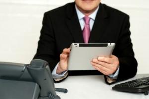 Gehören Sie auch zu den Menschen mit ständigen Blick aufs Tablet oder Natel? Bild: freedigitalphotos.net, stockimages