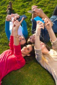 Machen Sie viele Selfies, die Sie dann teilen und (nicht allen im Team) zeigen. Bild: Nenetus, freedigitalpictures.net