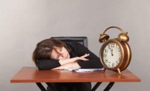 Müdigkeit sind das erste Anzeichen für Überarbeitung am Arbeitsplatz. Bild: radnatt von FreeDigitalPhotos.net